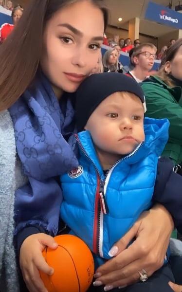 Анастасия Шубская поздравила Александра Овечкина с 700 голом