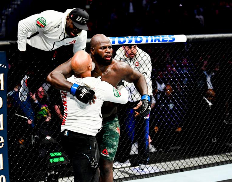 Непобежденный нокаутер покоряет тяжелый вес UFC