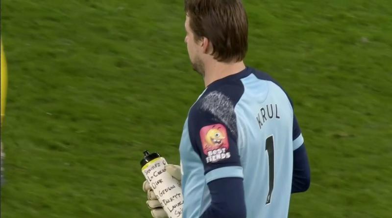 """Голкипер """"Норвича"""" использовал шпаргалку на бутылке в серии пенальти против """"Тоттенхэма"""""""