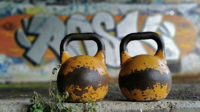 Поддерживающая тренировка с двумя гирями