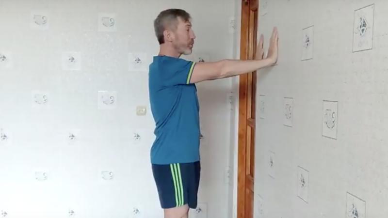 Простое упражнение для подвижности плеч при сутулости