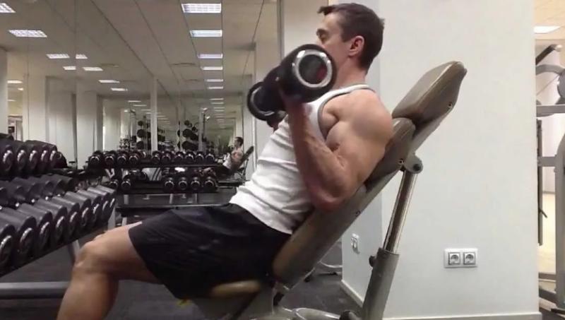 Как правильно делать сгибания рук с гантелями сидя на наклонной скамье? Чтобы накачать бицепс