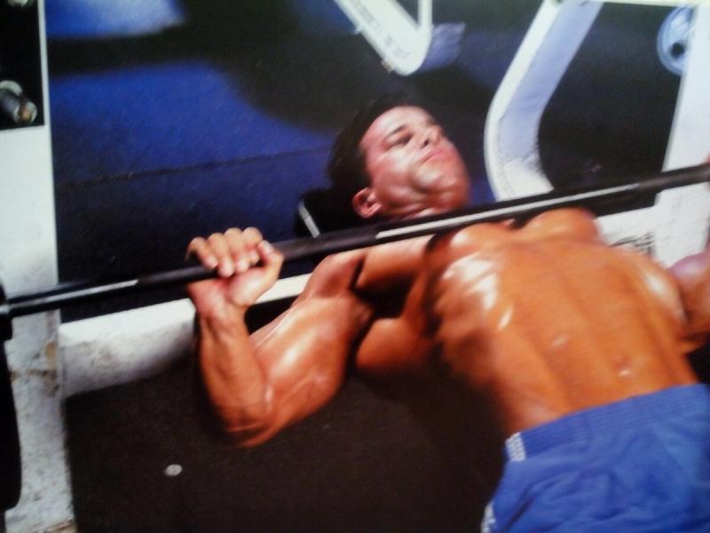 Как правильно делать разводки гантелей лёжа на горизонтальной скамье? Чтобы сформировать мощные грудные мышцы