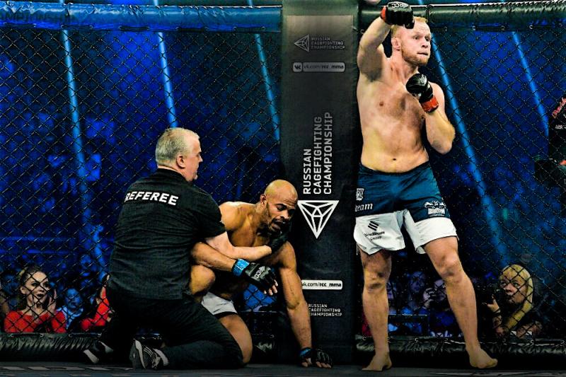 Русский боец чуть не проиграл, но финишировал нокаутера из UFC в 1 раунде