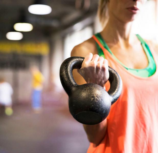10 упражнений с гирями для начинающих с программой тренировок