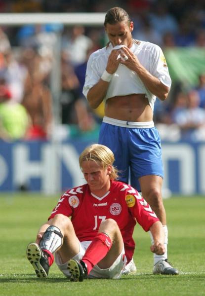 Скандалы чемпионатов Европы по футболу: плевок Тотти в Поульсена