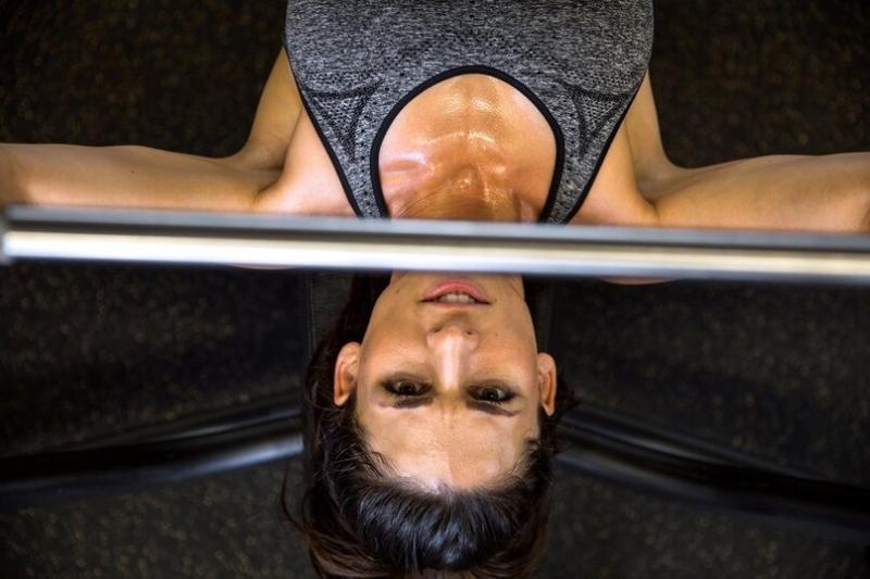 Плечи и дельты у женщин: 3 популярные ошибки во время прокачки