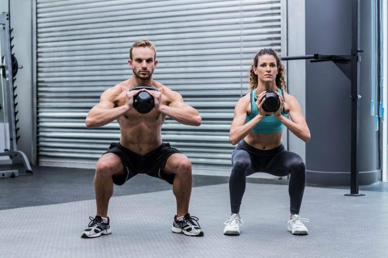 Типичные, но эффективные упражнения с гирей для мужчин и женщин, которые приведут в тонус ягодичные мышцы и пресс