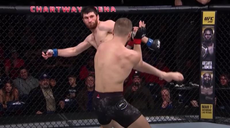 Боец UFC так достоверно имитировал потрясение после удара, что рефери остановил бой