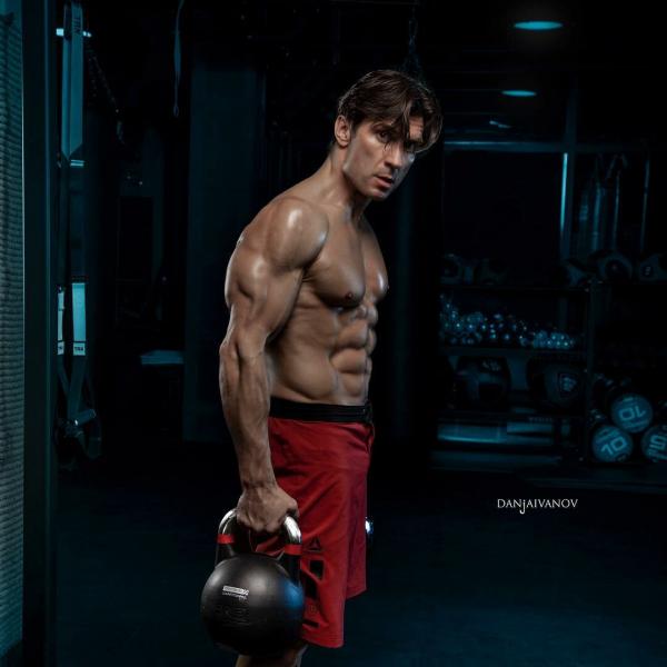 Чемпион по фитнесу Дмитрий Яшанькин развеял 5 мифов про прокачку пресса и показал 5 рабочих упражнений