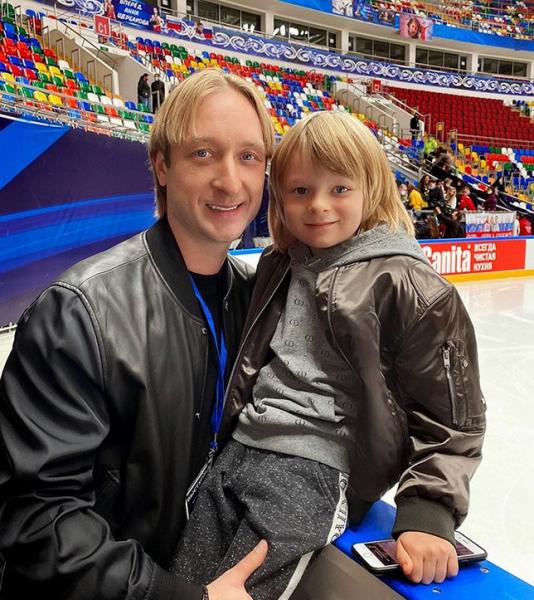 Плющенко показал, как Гном Гномыч соревнуется с его старшим учеником в лесу