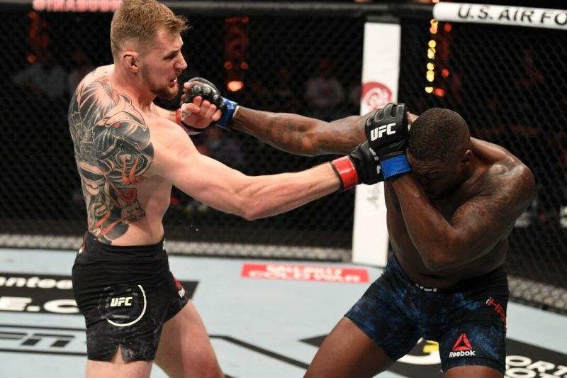 """UFC.Ал-др Волков словно стрелой нокаутировал Уолта Харриса своим """"мидл -фронт-киком"""",и забрал Победу себе."""