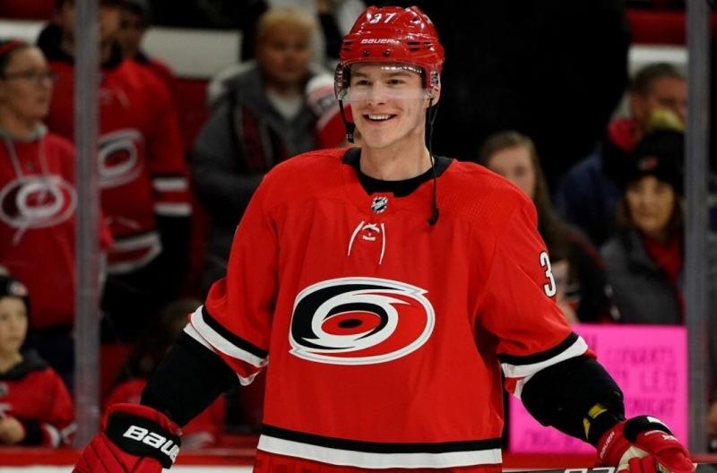 «Каролина» опять засушила чемпионов НХЛ, Свечников выдал пас-невидимку на Ахо (видео)
