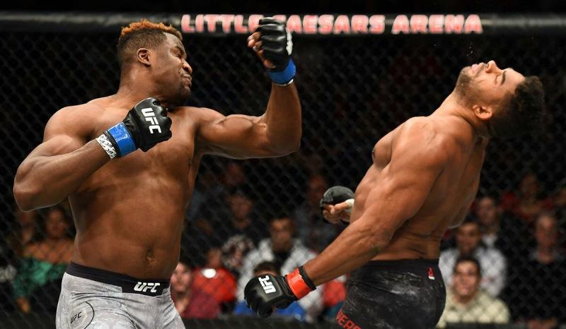Боевой кинг-конг идёт за чемпионским поясом. Бывший бомж против пожарного - главное противостояние года в UFC.