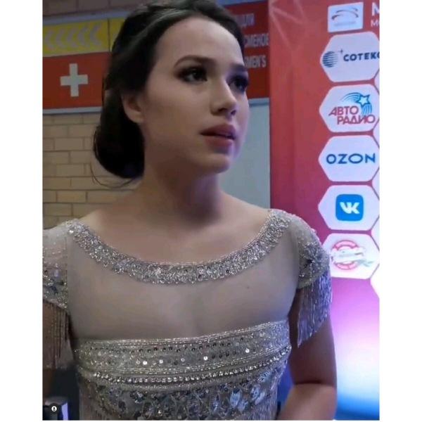 Исхудавшая Загитова провела шоу в великолепном платье