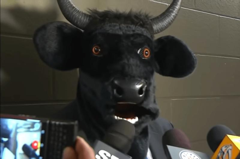"""Как нынешний тренер """"Вашингтона"""" пришел на пресс-конференцию в образе быка."""